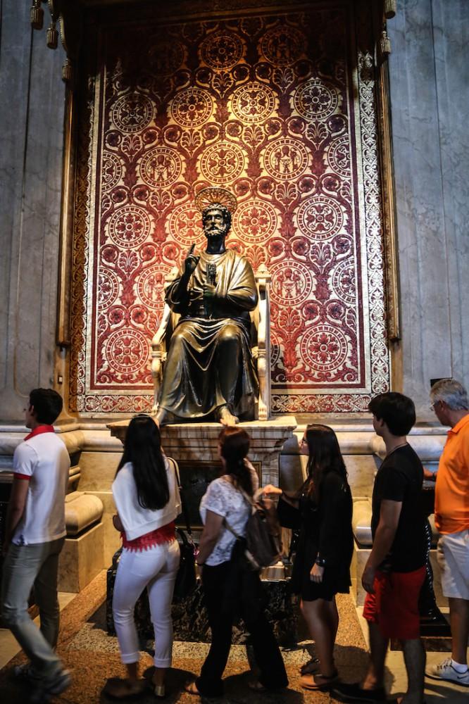 Bronzestatue des Hl. Petrus