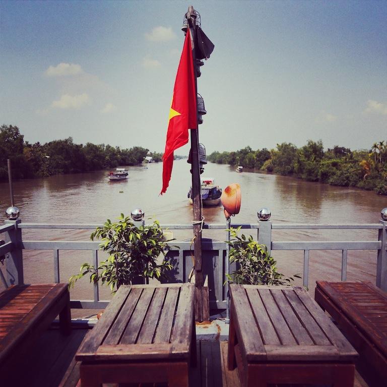 Während man an Deck sitzt, bahnt sich die Mekong Eyes gemächlich ihren Weg entlang des Stroms