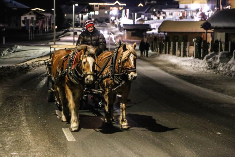 Mit der Pferdekutsche durchs Winterdorf