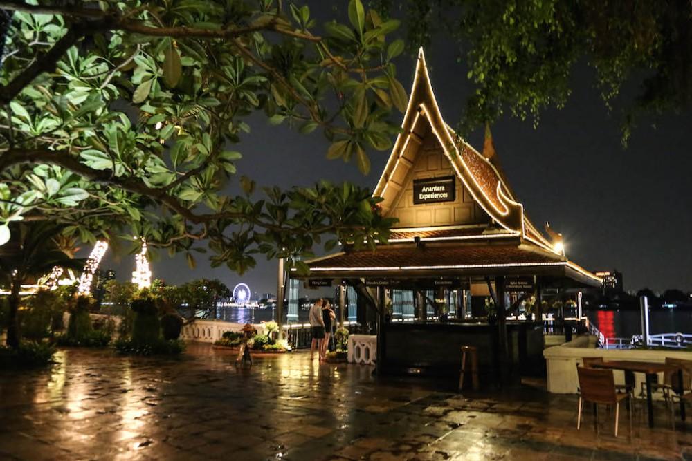 Hinter dem Pier leuchte das Asiatique