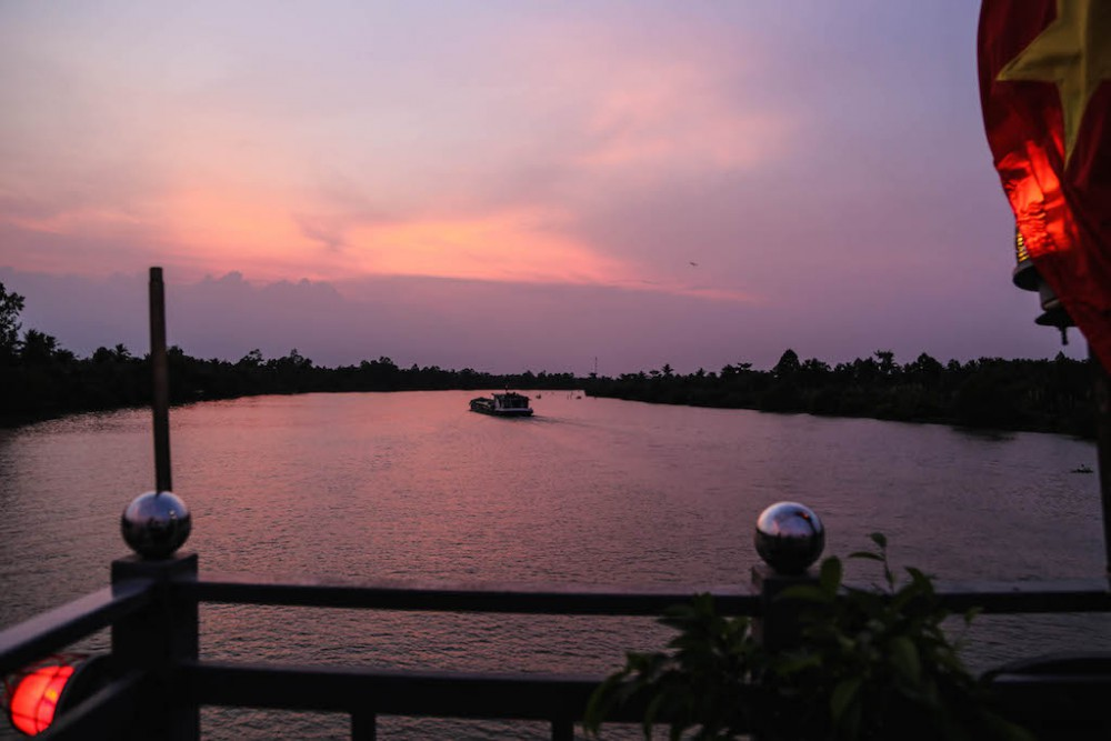 Die Nacht senkt sich über den Fluss