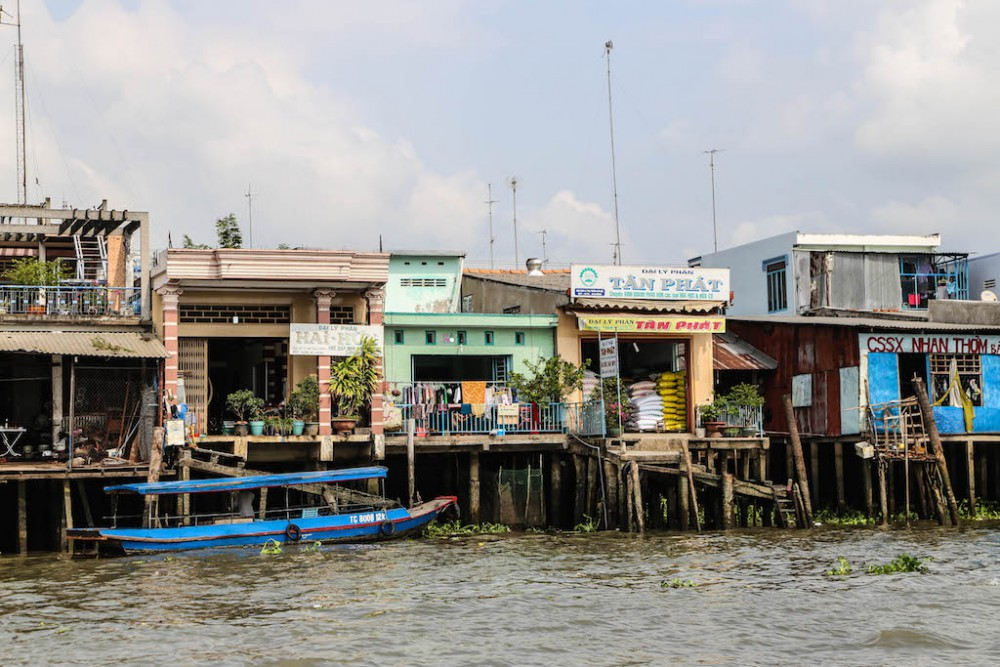 Händler am Ufer