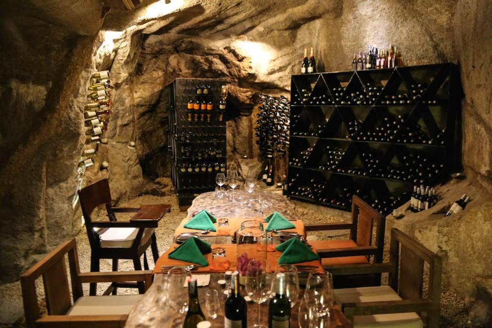 Wer es privat mag, diniert in der Weinhöhle in den Felsen