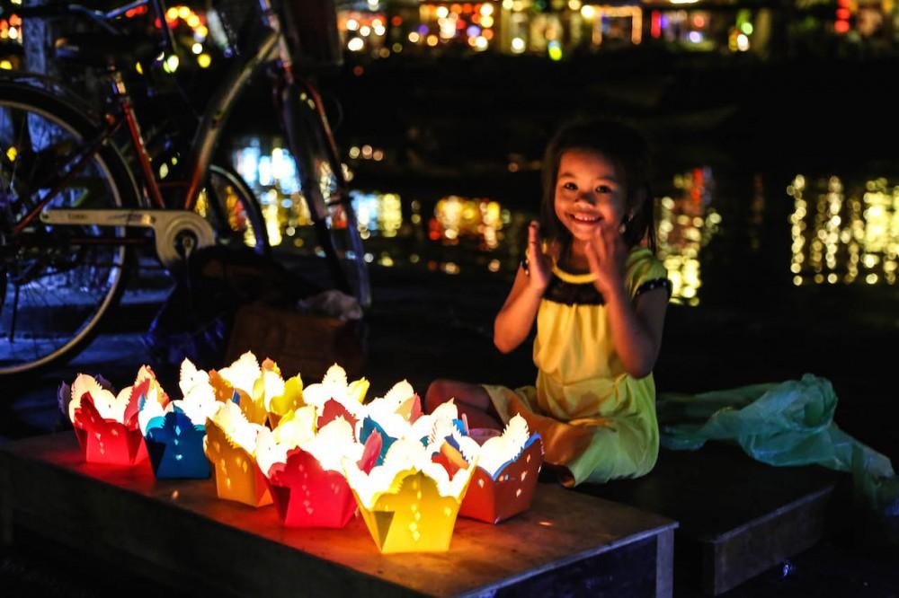 Kinder verkaufen bunte Lichter
